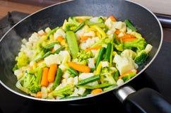Cacerola por completo de verduras imagen de archivo