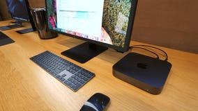 Cacerola sobre nuevo Apple Mac Mini 2018 almacen de metraje de vídeo