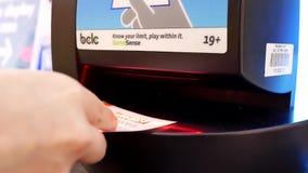 Cacerola tirada de la mujer que comprueba el boleto de lotería almacen de metraje de vídeo