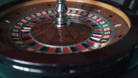 Cacerola tirada de la rueda de ruleta del casino que hace girar con una bola blanca dentro almacen de video