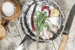 Cacerola vieja con los vegetabeles en las tablas de madera Fotografía de archivo libre de regalías