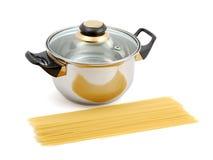 Cacerola y espagueti metálicos Foto de archivo