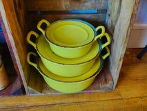 Cacerolas amarillas del vintage usadas como decoraci?n imagen de archivo
