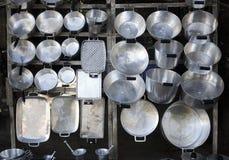 Cacerolas de aluminio vendidas en el camino Fotos de archivo libres de regalías