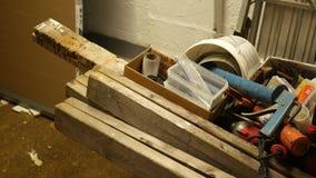 Cacerolas de la cámara abajo a las fuentes del contratista en una carretilla en el sitio de trabajo metrajes