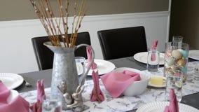 Cacerolas de la cámara sobre la tabla de cena de pascua adornada