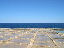 Cacerolas de la sal en Malta Imagenes de archivo