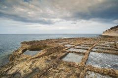 Cacerolas de la sal talladas en roca viva Imagen de archivo libre de regalías