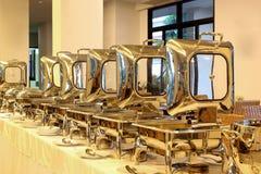 Cacerolas de vapor de la alimentación en la tabla de comida fría Imagen de archivo libre de regalías
