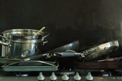 Cacerolas sucias en una estufa de gas con el fondo negro 4 Fotografía de archivo libre de regalías
