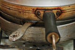 Cacerolas sucias viejas, loza de la cocina Imagenes de archivo