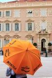 Caché derrière le parapluie chez Place du Palais, ville du Monaco Images libres de droits