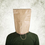Caché derrière le sac de papier photographie stock libre de droits