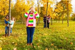 Cache-cache de jeu de fille avec des amis Images libres de droits