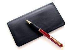 Cache de chéquier de côté et stylo à bille Photos libres de droits