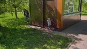 Cache-cache de jeu de maman et de fils en parc clips vidéos