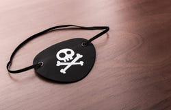 Cache de pirate sur la table Image libre de droits