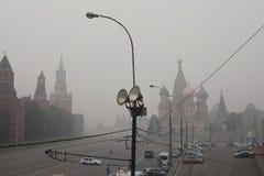 Cache du brouillard enfumé de l'incendie Moscou. Photo libre de droits