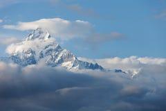 Cache nuageux de crête de neige de montagne Photographie stock