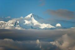 Cache nuageux de crête de neige de montagne images stock