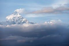 Cache nuageux de crête de neige de montagne Image libre de droits