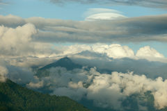 Cache nuageux de crêtes de montagne Images stock