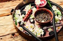 Cachimba del tabaco oriental con el aroma floral del jazmín Foto de archivo libre de regalías