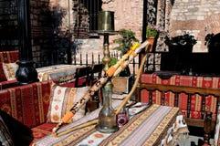 Cachimba en la tabla en un café al aire libre Fotos de archivo