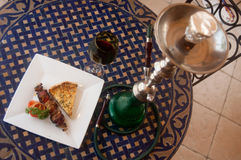 cachimba y comida árabe foto de archivo