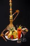 Cachimbo de água com os cocktail tropicais da vitamina do fruto Foto de Stock Royalty Free