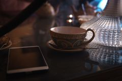 Cachimbo de água, interior árabe um copo de cubos do chá e do açúcar com gostos diferentes, feito a mão, um smartphone na t imagem de stock
