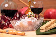 Cachimbo de água, vinho e doces Fotografia de Stock Royalty Free