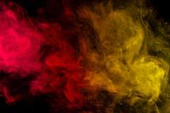 Cachimbo de água vermelho e amarelo abstrato do fumo em um fundo preto Fotos de Stock Royalty Free