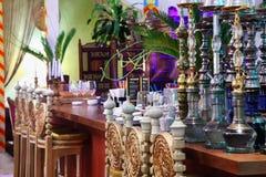 Cachimbos de água no restaurante luxuoso oriental Fotografia de Stock Royalty Free