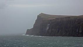 Cachoeira à esquerda parado e invertido pela tempestade Callum do outono nos penhascos vistos de mais baixo Milovaig - ilha de Sk vídeos de arquivo
