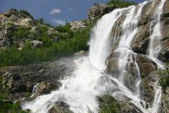 Cachoeira áspera da montanha no verão fotos de stock royalty free
