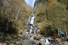 Cachoeira áspera do rio da montanha Foto de Stock