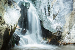 Cachoeira agradável no dia ensolarado Foto de Stock