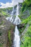Cachoeira alta com um córrego poderoso que cai de um penhasco imagens de stock royalty free