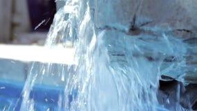 Cachoeira artificial da rocha vídeos de arquivo
