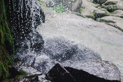 Cachoeira bonita com os jatos da água nas rochas Imagens de Stock Royalty Free