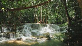 Cachoeira bonita de Huai Mae Khamin na estação das chuvas com floresta verde vídeos de arquivo