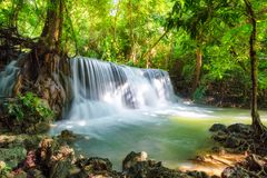 Cachoeira bonita de Huay Mae Khamin na floresta úmida tropical no Sênior Imagem de Stock