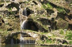 Cachoeira bonita e pouca ponte das rochas Fotografia de Stock Royalty Free