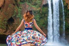 Cachoeira bonita em Marrocos Para trás da mulher no vestido bonito que olha a queda Ouzoud Natureza exótica do Norte de África, Foto de Stock Royalty Free