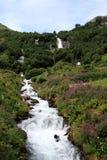 A cachoeira bonita em Noruega próximo briksdalsbreen imagens de stock