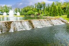 Cachoeira bonita em um parque Fotografia de Stock
