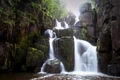 Cachoeira bonita em um rio da montanha Foto de Stock