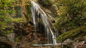 Cachoeira bonita Jur-Jur nas vistas naturais da floresta do outono da Crimeia filme