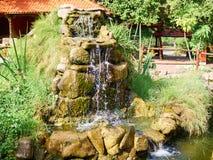 Cachoeira bonita no jardim no verão Fotografia de Stock Royalty Free